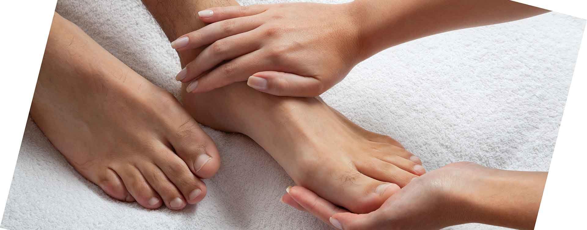 Bệnh ra mồ hôi tay chân có lây không?